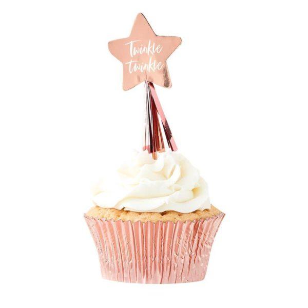 Ginger Ray party tikut kiiltävät ruusukultaiset Twinkletähdet tasseleilla Kiiltävät Twinkle Twinkle coctailtikut ovat kaunis pieni yksityiskohta cup cake -leivosten päälle, jätskiannoksiin tai muihin juhlapöydän pieniin tarjottaviin. Tikkuja voi käyttää myös kakun koristelussa. Helppo ja näyttävä tapa lisätä kattaukseen viimeisteltyä ilmettä!