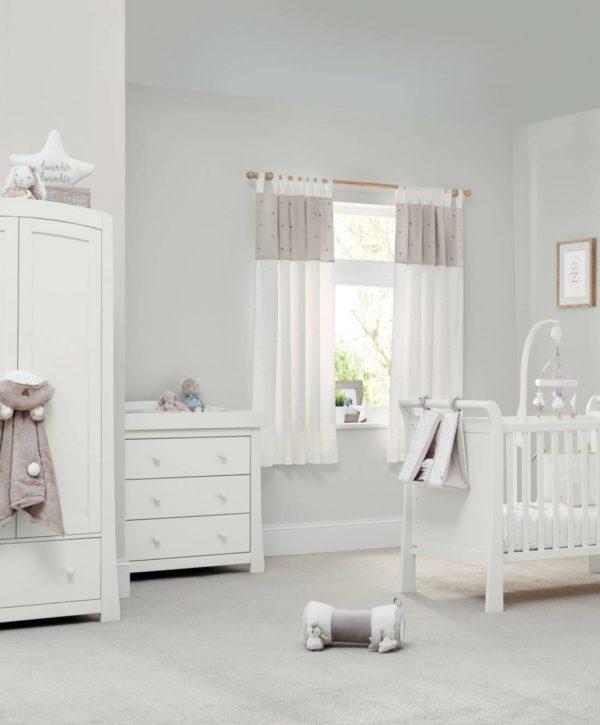 Mamas&Papas New Millie&Boris musiikkimobile Vauva viettää suuren osan hereilläoloajastaan sylissä tai selällään maaten ja tarkkaillen. Pieni vauva ei vielä pääse liikkumaan, joten kiinnostavat asiat on tuotava hänen luokseen. Vauva viihtyy sängyssään paljon paremmin, jos se on mielenkiintoinen paikka! Soiva ja rauhallisesti pyörivä Millie&Boris- mobile herättää vauvan huomion ja rauhoittaa vauvaa. Monet vauvat myös nukahtavat hyvin kuunnellessaan mobilen pehmeää ja tyynnyttävää musiikkia.