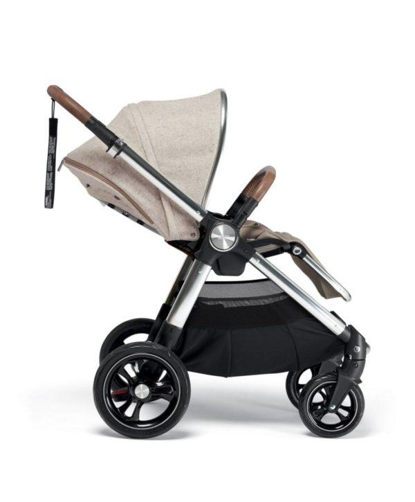 Mamas&Papas Ocarro Moon ratasosan kuomu on uskomattoman suojaava, se tekee rattaista rauhallisen paikan nukkua ja suojaa auringonpaisteelta. Ylhäällä on kurkistusluukku, jonka kautta voit seurata vauvan unta. Rattaiden mukana tulee erillinen sadesuoja.