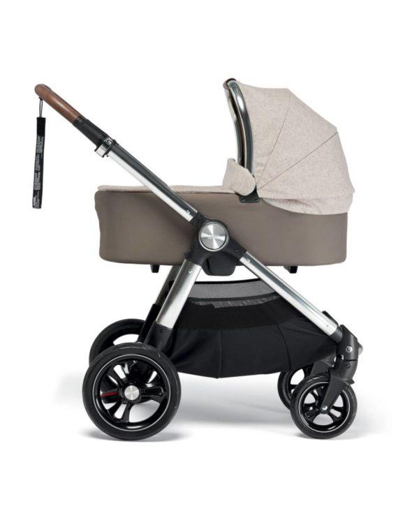 Mamas&Papas Ocarro rattaiden takarenkaat ovat isot ja puhkeamattomat, eturenkaat ketterät ja 360 astetta kääntyvät, jotta ohjaaminen onnistuu helposti myös yhdellä kädellä ja ahtaissa tiloissa kuten kaupassa. Halutessasi voit myös lukita eturenkaat. Renkaissa on turvallisuutta lisäävät heijastimet, jotta vaunut huomataan myös hämärässä. Rattaiden alla on tilava tavarakori.