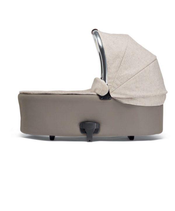 Mamas&Papas Ocarro Moon -Dove yhdistelmävaunut (rattaat + vaunukoppa), mukana villaviltti ja nalle Yhdistelmävaunuja voit käyttää vauvasta aina leikki-ikään saakka. Aluksi rungon päälle kiinnitetään suojaisa vaunukoppa, jota voi käyttää siihen saakka, kunnes vauva oppii istumaan. Vaunukopan sisällä on vauvalle mukava patja, lisäksi voit käyttää vauvan lämpöpussia tai esimerkiksi ensipeittoa, jotta vauvan on mukava nukkua ja matkustaa vaunuissa. Kun vauva kasvaa ja oppii istumaan (noin 6kk iässä) runkoon vaihdetaan ratasosa, jota voi käyttää niin pitkälle, kun lapsi rattaita tarvitsee.