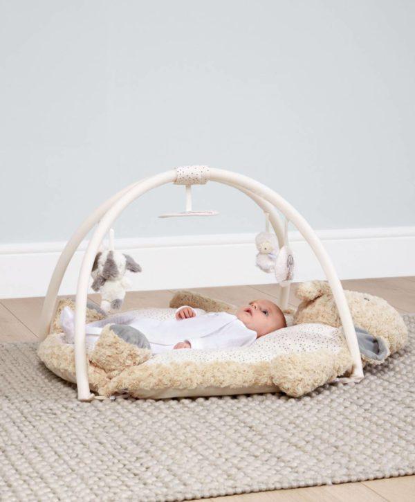 Mamas&Papas Snugglenest & Gym Ellery Elephant aktivoiva leikkimatto vauvalle Muhkea ja pehmoinen vauvan puuhamatto tarjoaa pienelle mukavan alustan leikkiä ja viihdyttää vauvaa lukuisilla pienillä yllätyksillä. Ympäri mattoa on piilotettu monta vauvan aisteja aktivoivaa toimintoa: rapinaa, helinää ja piippausta. Leikkimatossa on käytetty montaa erilaista materiaalia ja tekstuuria. Leikkimatto on suloisesti elefantin mallinen ja elefantin pää toimii myös Tummy Time tyynynä, eli auttaa vauvaa pääsemään parempaan asentoon vatsallaan. Vauvan tulisi viettää aikaa vatsallaan päivittäin, jotta niska ja selkä vahvistuvat.