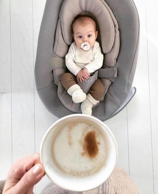 Nuna Leaf Grow sitteri Champagne, sopii käyttöön vauvasta leikki-ikään saakka! Sitteri on monessa perheessä aivan ehdoton hankinta vauvalle: välillä äidin ja isän kädet on vain saatava vapaaksi. Kodin pieni siivous, ruuanlaitto tai duploilla rakentaminen esikoisen kanssa eivät aina onnistu sillä aikaa, kun vauva nukkuu. Toiset vauvat ovat levottomia eivätkä nuku päivisin juuri lainkaan, joissakin tilanteissa vauva nukkuu parhaiten sylissä. Kun vauvalla on oma turvallinen ja tyynnyttävä paikka, josta hän voi seurata muun perheen touhuja, vauva viihtyy hyvin hetken aikaa tyytyväisenä.