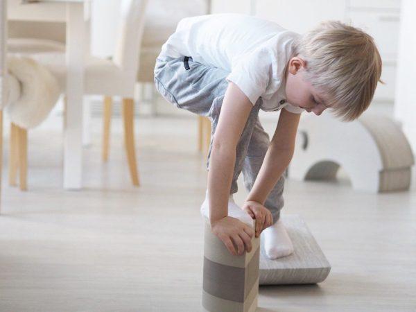 bObles Kanaa lapsi voi käyttää monipuolisesti motoriikkaa kehittävänä temppuleluna. Kanan päällä tasapainoilu vahvistaa keskivartaloa, voimistaa nilkkoja ja aktivoi jalkapohjan pieniä lihaksia. bOblesien materiaali on kevyttä, eikä se jätä jälkiä lattiaan, joten lapset voivat leikkiä huoletta myös olohuoneen puolella!