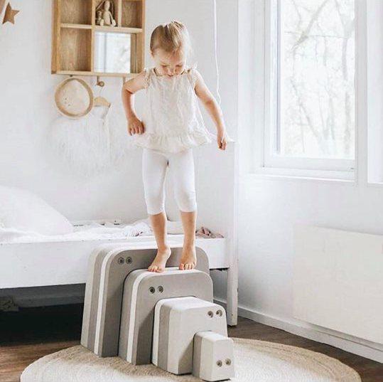 bObles Muurahaiskarhusta saa rakennettua mahtavat portaat, joilla voi treenata kiipeämistä ylös ja laskeutumista takaisin alas. Muurahaiskarhusta saa pöydän ja tuolit teekutsuille tai tiskin kauppa-leikkiin! Muurahaiskarhu on kiva tunneli ja siitä voi rakentaa korkean tornin! Muurahaiskarhun selästä on hauska hyppiä alas ja kiivetä taas ylös. Kun Muurahaiskarhun osat kääntää kyljelleen, saa siitä tasapainoa haastavan radan isommille lapsille.
