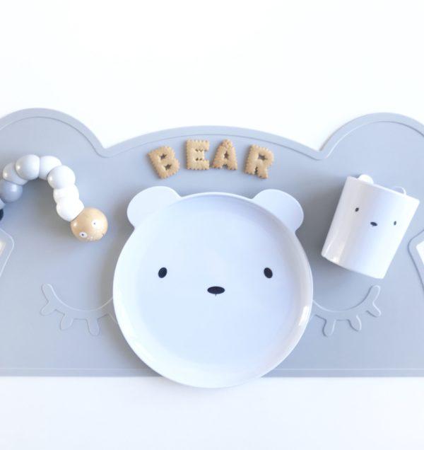 Small Brands Bear ruokailusetti, lautanen ja muki Pienten lasten kanssa saa joskus pelätä sitä, että astiat tipahtavat pöydältä lattialle. Nämä moderniin tyyliin sopivat valkoiset Bear astiat eivät hajoa, vaikka tipahtaisivat. Settiin kuuluu valkoinen lautanen ja muki, joissa molemmissa on suloiset nallenkorvat.