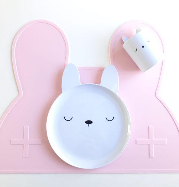 Small Brands Bunny ruokailusetti, lautanen ja muki Pienten lasten kanssa saa joskus pelätä sitä, että astiat tipahtavat pöydältä lattialle. Nämä moderniin tyyliin sopivat valkoiset Bunny astiat eivät hajoa, vaikka tipahtaisivat. Settiin kuuluu valkoinen lautanen ja muki, joissa molemmissa on suloiset pupunkorvat.