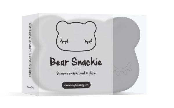 We Might Be Tiny Bear Snackie eväsrasia Metsäretki, rantapäivä tai hetki kaupungilla? Lapsen omat eväät kulkevat kätevästi mukana tässä nallenmuotoisessa harmaassa Snackie -eväsrasiassa. Kotikäytössä boksin pohjasta ja kannesta saa kulhon ja lautasen, jotka eivät hajoa, vaikka tipahtaisivat lapselta vahingossa lattialle!