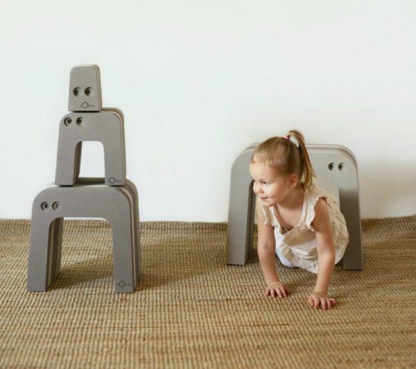 Lapselle on suurta hyötyä siitä, että hän saa olla aktiivinen ja käyttää omaa kehoaan. Liikkuminen ja kehon tuntemus lisäävät itseluottamusta ja oppimiskykyä. bObles haluaa tukea tätä ja suunnittelee siksi monikäyttöisiä huonekaluja, joilla lapset haluavat leikkiä ja jotka vanhemmat haluavat olohuoneisiinsa.