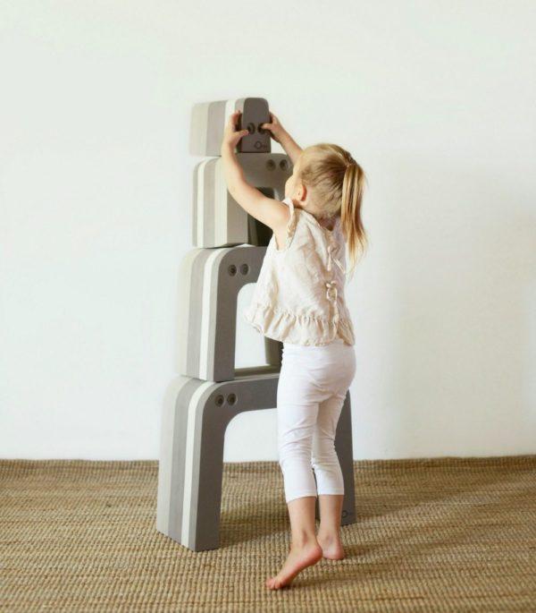 bOblesit ovat uudenlaisia leikkihuonekaluja kaikenikäisille lapsille. Lapset rakastavat näitä hauskoja otuksia ja temppuilevat niiden päällä mielellään. Muurahaiskarhu koostuu neljästä erillisestä bOblesista, jotka pinottavuutensa takia vievät vain vähän tilaa.