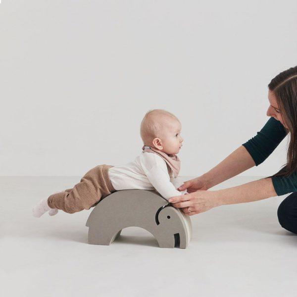 bOblesit ovat uudenlaisia liikunnalliseen arkeen kannustavia leikkihuonekaluja kaikenikäisille lapsille. Lapset rakastavat näitä hauskoja otuksia ja temppuilevat niiden päällä mielellään. Pienen Elefantin selästä on hauska hyppiä alas ja kiivetä taas ylös. Kun Elefantin kääntää, saa siitä tasapainoa haastavan keinun. Isommat lapset harjoittelevat keinumaan Elefantilla seisten -se on hurja temppu aikuisellekin, kokeile vaikka itse! bObles leikkihuonekaluista saa temppuradan olohuoneeseen ja lapsilla on lupa temmeltää!bOblesit eivät jätä jälkiä tai kolhuja lattiaan vauhdikkaammassakaan leikissä. Temppuhuonekalujen materiaali on joustavaa ja bOblesit ovat kevyitä, joten lapset jaksavat pinota ja siirrellä niitä vaivatta.