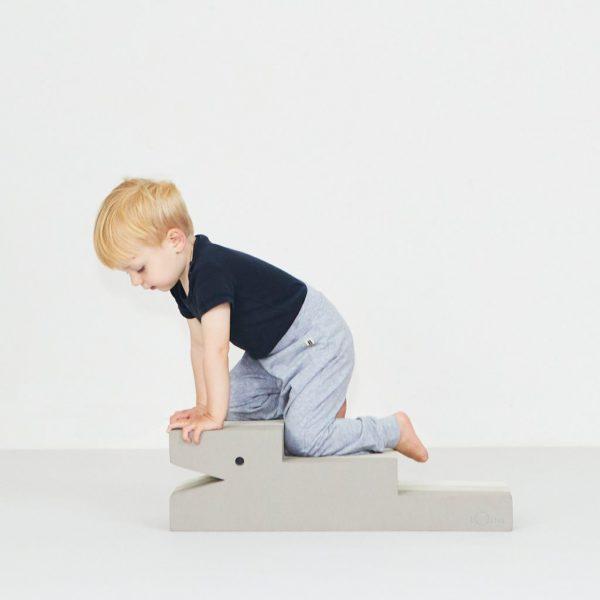 bObles Krokotiili beige. bOblesit ovat uudenlaisia liikkumiseen kannustavia leikkihuonekaluja kaikenikäisille lapsille. Lapset rakastavat näitä hauskoja otuksia ja temppuilevat niiden päällä mielellään. Lapsi voi kävellä Krokotiilin portaita ylös ja leikkiä olevansa vuorikiipeilijä. Krokotiilin päältä on hauska hyppiä alas ja kiivetä taas ylös. Ylösalaisin käännettynä lapsi voi liukua Krokotiilin vatsaa pitkin. Sekä tasapaino, että koordinaatio harjaantuvat, kun lapsi ryömii, konttaa, kävelee ja seisoo Krokotiilin päällä. Jos sinulla on kaksi Krokotiiliä, voit rakentaa pitkät portaat, leveät portaat, pinota ne päällekkäin penkiksi tai käyttää hauskoina puujalkoina.