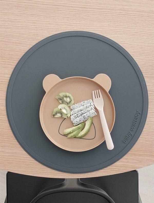 Baby Wallaby ruokailualusta, 3 eri väriä. Kauniit, aikaa ja käyttöä kestävät sekä helposti pestävät silikoniset ruokailualustat perheen kaiken ikäisille syöjille. Ruokailualustan ansiosta astiat pysyvät paremmin paikoillaan ja pystyssä. Alusta suojaa samalla ruokapöydän pintaa kolhuita. Ruokailualusta on helppo pitää puhtaana - huuhtele käytön jälkeen juoksevan veden alla tai pyyhkäise puhtaaksi.
