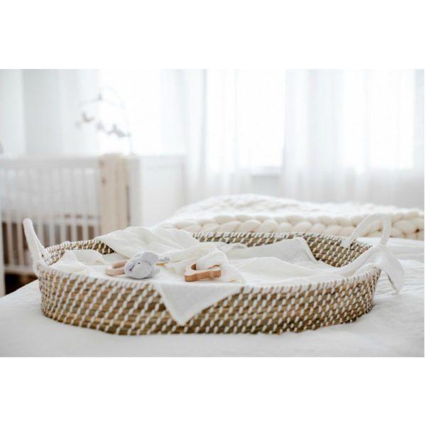 Childhome Basket Changing Unit vaipanvaihtoalusta. Koripunosta oleva matala hoitoalusta on luonnollisella tavalla tyylikäs ja sopii hyvin etenkin vaaleansävyiseen sisustukseen. Hoitotasoa voit pitää vauvanhuoneessa, kylpyhuoneessa tai kodinhoitohuoneessa -ihan missä vauvalle on helpointa vaihtaa vaippa ja vaatteet.Vaipanvaihtoalustan mukana tulee valkoinen konepestävä patja.