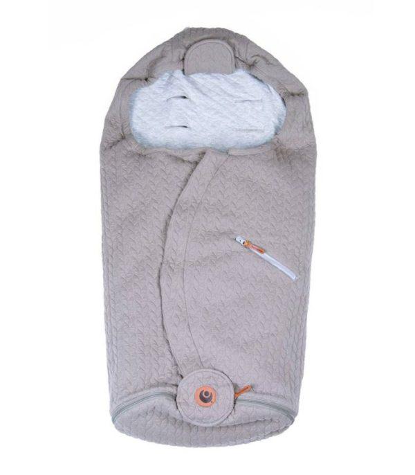 Easygrow Lite+ iso kevytlämpöpussi vaunuihin ja rattaisiin, Sand palmikkoneulos. Vauvan lämpöpussi on loistava valinta perheelle, joka ulkoilee lapsen kanssa paljon ja kätevä silloin, kun lapsi nukkuu päiväunia myös ulkona vaunuissa. Tämän makuupussin suurin hyöty on se, ettei vauvaa tarvitse pukea ja riisua ulkovaatteista jatkuvasti, vaan liikkeelle pääsee myös kevyemmällä vaatetuksella. Harva lapsi rakastaa ulkovaatteiden pukemista, joten lämpöpussin käyttö helpottaa päivittäisiä lähtöjä. Makuupussi toimii lämpöpussina ja pehmikkeenä vaunuissa ja rattaissa. Vaunupussi sopii myös viispistevaljaille. Easygrow Lite+ kevytlämpöpussi on pitkäikäinen hankinta: se sopii kokonsa puolesta 0-4 vuotiaalle lapselle, sillä lämpöpussi on alaosasta jatkettavaa mallia.