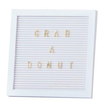 Ginger Ray valkoinen kirjaintaulu + kultaiset siirreltävät kirjaimetTähän Letter Boardiin voit kirjoittaa esimerkiksi pienen viestin synttärisankarille, vauvan nimen ristiäisiä varten tai voit ripustaa taulun lastenhuoneeseen kirjoittaen siihen silloin tällöin vaihtuvia mietelauseita. Kirjaintaulu voi olla myös kaunis osa taulukollaasia.