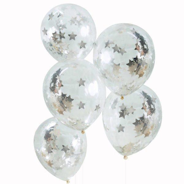 Läpinäkyvät Ginger Ray ilmapallot, sisällä hopeista tähticonfettia. Säihkyvät ilmapallot koristelevat juhlapaikan kauniisti. Palloihin voit puhaltaa joko pelkkää ilmaa tai heliumia + ilmaa. Confetit leviävät pallojen sisällä joko ravistamalla tai hankaamalla palloa hetken esimerkiksi mattoa vasten, jotta pallo hieman sähköistyy.