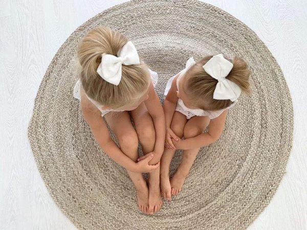 Klassisen kaunis rusettimalli Alma on valmistettu laadukkaasta pellavakankaasta ja viimeistelty hyvin paikallaan pysyvällä klipsillä. Sievän rusettien tyylion kaunista, romanttista, tyttömäistä ja yksinkertaista. Rusettien tarkoitus ei ole viedä huomiota niiden käyttäjältävaan korostaa tytön omia ihania piirteitä!