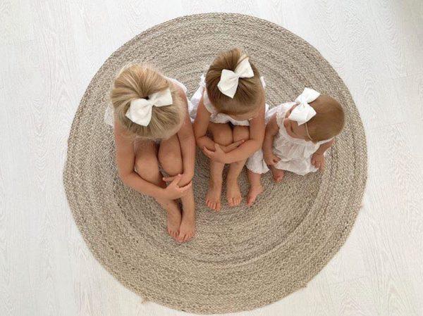 Sievän rusettien tyylion kaunista, romanttista, tyttömäistä ja yksinkertaista. Rusettien tarkoitus ei ole viedä huomiota niiden käyttäjältävaan korostaa tytön omia ihania piirteitä! Rusettipanta sopii käytettäväksi vastasyntyneestä lähtien. Panta on niin kevyt ja joustava, ettei se paina lainkaan vauvan päätä.