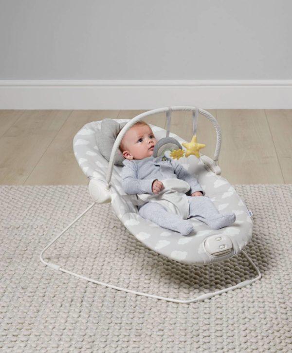 Mamas&Papas Dream Upon a Cloud vauvan sitteri musiikilla ja värinällä. Sitterissä on värinätoiminto joka rauhoittaa, kun vauva on levoton tai kärsii vatsavaivoista. Värisevä sitteri onkin monessa perheessä ollut vauva-arjen pelastus! Capella Cloud -sitteri reagoi vauvan omiin pieniin liikkeisiin hytkymällä, mikä kehittää vauvan aisteja. Hytkymisominaisuuden vuoksi vauvaa on myös helppo tuudittaa sitterissä.