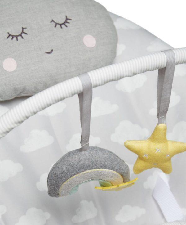 Mamas&Papas Dream Upon a Cloud vaalea vauvan sitteri musiikilla ja värinällä. Pehmeänväriseen sitteriin kuuluu lelukaari, 2 irroitettavaa helisevää lelua ja pilvenmuotoinen tyyny. Capella Cloud sitterissä on valjaat ja sitteri soittaa neljää eri kehtolaulua napin painalluksella. Vauvat rahoittuvat erinomaisesti tässä sitterissä.