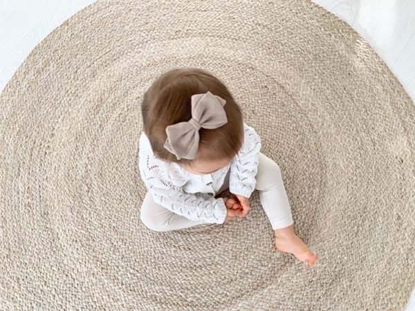 Sievän rusetittuovat ihanan loppusilauksen asuun kuin asuun, oli kyse sitten vastasyntyneen kuvauksesta, ensimmäisestä koulupäivästä, syntymäpäiväjuhlista tai ihan tavallisesta pienen tytön päivästä.Rusetit valmistuvat rakkaudella ja alusta asti käsityönä Suomessa.