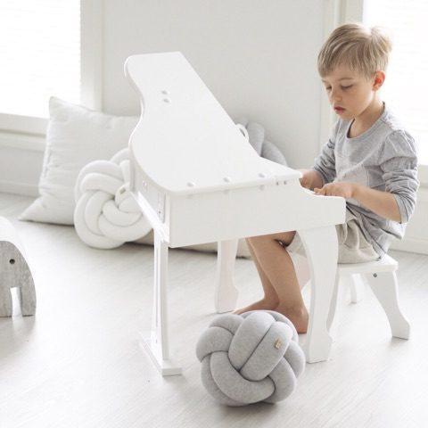 PikkuVanilja Wood'n'Wool Star sisustustyyny.Tyylikäs tyyny sopii etenkin vaaleansävyisen lastenhuoneen sisustukseen -tyyny on mielenkiintoinen yksityiskohta esimerkiksi lastensängyssä ja kaunis lisä tavallisten tyynyjen joukkoon.