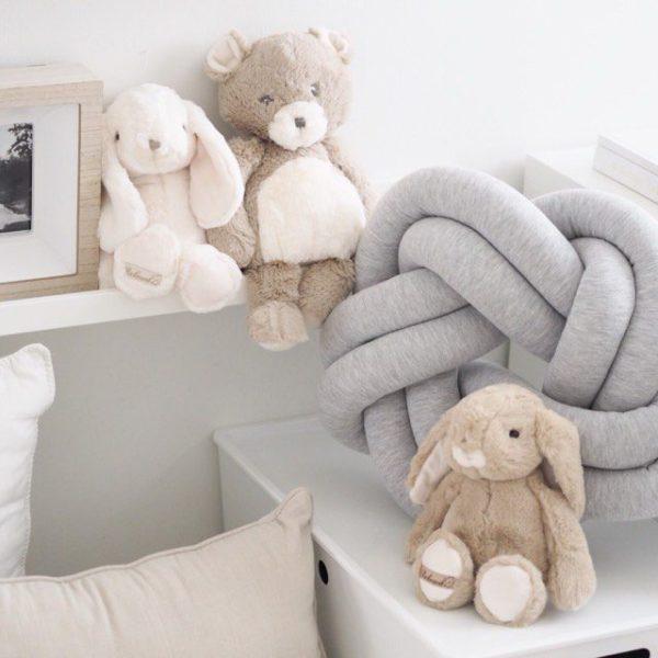 Wood'n'Wool palmikkotyyny vauvanhuoneeseen.Tyylikäs tyyny sopii etenkin vaaleansävyisen lastenhuoneen sisustukseen -tyyny on mielenkiintoinen yksityiskohta esimerkiksi lastensängyssä ja kaunis lisä tavallisten tyynyjen joukkoon.