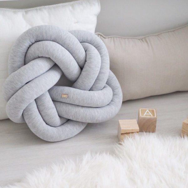 Wood'n'Wool Star palmikkotyyny vauvanhuoneeseen.Tyylikäs tyyny sopii etenkin vaaleansävyisen lastenhuoneen sisustukseen -tyyny on mielenkiintoinen yksityiskohta esimerkiksi lastensängyssä ja kaunis lisä tavallisten tyynyjen joukkoon.