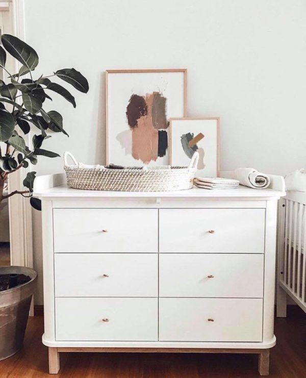 Koripunosta oleva matala hoitoalusta on luonnollisella tavalla tyylikäs ja sopii hyvin etenkin vaaleansävyiseen sisustukseen. Hoitotasoa voit pitää vauvanhuoneessa, kylpyhuoneessa tai kodinhoitohuoneessa -ihan missä vauvalle on helpointa vaihtaa vaippa ja vaatteet.Vaipanvaihtoalustan mukana tulee valkoinen konepestävä patja.