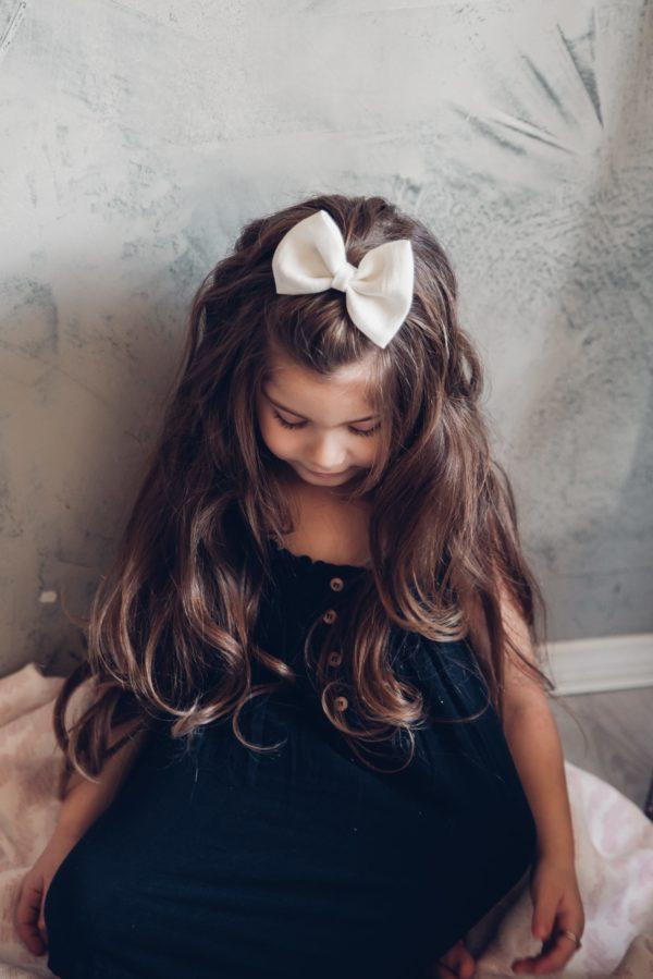 Klassisen kaunis rusettimalli Nora on valmistettu laadukkaasta pellavakankaasta ja viimeistelty hyvin paikallaan pysyvällä klipsillä.Sievän rusettien tyylion kaunista, romanttista, tyttömäistä ja yksinkertaista. Rusettien tarkoitus ei ole viedä huomiota niiden käyttäjältävaan korostaa tytön omia ihania piirteitä!Sievän rusetittuovat ihanan loppusilauksen asuun kuin asuun, oli kyse sitten vastasyntyneen kuvauksesta, ensimmäisestä koulupäivästä, syntymäpäiväjuhlista tai ihan tavallisesta pienen tytön päivästä.Rusetit valmistuvat rakkaudella ja alusta asti käsityönä Suomessa