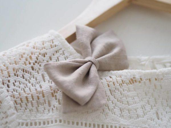 Klassisen kaunis rusettimalli Alma on valmistettu laadukkaasta pellavakankaasta ja viimeistelty hyvin paikallaan pysyvällä klipsillä. Sievän rusettien tyylion kaunista, romanttista, tyttömäistä ja yksinkertaista. Rusettien tarkoitus ei ole viedä huomiota niiden käyttäjältävaan korostaa tytön omia ihania piirteitä!Sievän rusetittuovat ihanan loppusilauksen asuun kuin asuun, oli kyse sitten vastasyntyneen kuvauksesta, ensimmäisestä koulupäivästä, syntymäpäiväjuhlista tai ihan tavallisesta pienen tytön päivästä.Rusetit valmistuvat rakkaudella ja alusta asti käsityönä Suomessa