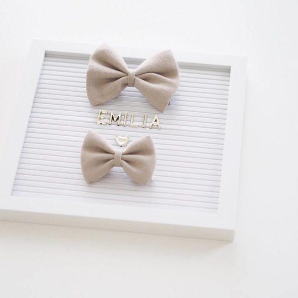 Klassisen kaunis rusettimalli Nora on valmistettu laadukkaasta pellavakankaasta ja viimeistelty hyvin paikallaan pysyvällä klipsillä. Sievän rusettien tyylion kaunista, romanttista, tyttömäistä ja yksinkertaista. Rusettien tarkoitus ei ole viedä huomiota niiden käyttäjältävaan korostaa tytön omia ihania piirteitä!Sievän rusetittuovat ihanan loppusilauksen asuun kuin asuun, oli kyse sitten vastasyntyneen kuvauksesta, ensimmäisestä koulupäivästä, syntymäpäiväjuhlista tai ihan tavallisesta pienen tytön päivästä.Rusetit valmistuvat rakkaudella ja alusta asti käsityönä Suomessa