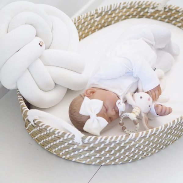 Sievä käsintehty rusettipanta vauvalle Alma, valkoinen. Pehmeä ja todella hyvin joustava panta on viimeistelty klassisen kauniilla Alma pellavarusetilla.Sievän rusettien tyylion kaunista, romanttista, tyttömäistä ja yksinkertaista. Rusettien tarkoitus ei ole viedä huomiota niiden käyttäjältävaan korostaa tytön omia ihania piirteitä! Rusettipanta sopii käytettäväksi vastasyntyneestä lähtien.