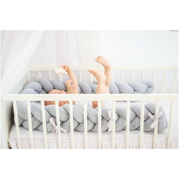 Wood'n'Wool palmikkopehmuste vauvansänkyyn, vaaleanharmaa. Tyylikäs pehmuste suojaa vauvaa kolhimasta itseään pinnasängyn laitoja vasten. Palmikkopehmuste on napakka, joten se asettuu hyvin paikoilleen. Pienet kiinnitysnauhat auttavat pitämään pehmusteen oikeassa asennossa.Palmikkopehmuste viimeistelee pinnasängyn sisustuksen kauniisti ja on upea yksityiskohta lastenhuoneessa!