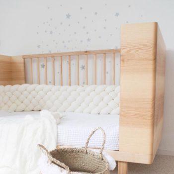 Wood'n'Wool korkea palmikkopehmuste vauvansänkyyn, valkoinen. Tyylikäs pehmuste suojaa vauvaa kolhimasta itseään pinnasängyn laitoja vasten. Palmikkopehmuste on napakka, joten se asettuu hyvin paikoilleen. Pienet valkoiset kiinnitysnauhat auttavat pitämään pehmusteen oikeassa asennossa. Tämä Wood'n'Woolin korkeampi malli antaa vauvalle enemmän suojaa ja omaa rauhaa.Palmikkopehmuste viimeistelee pinnasängyn sisustuksen kauniisti ja on upea yksityiskohta lastenhuoneessa!