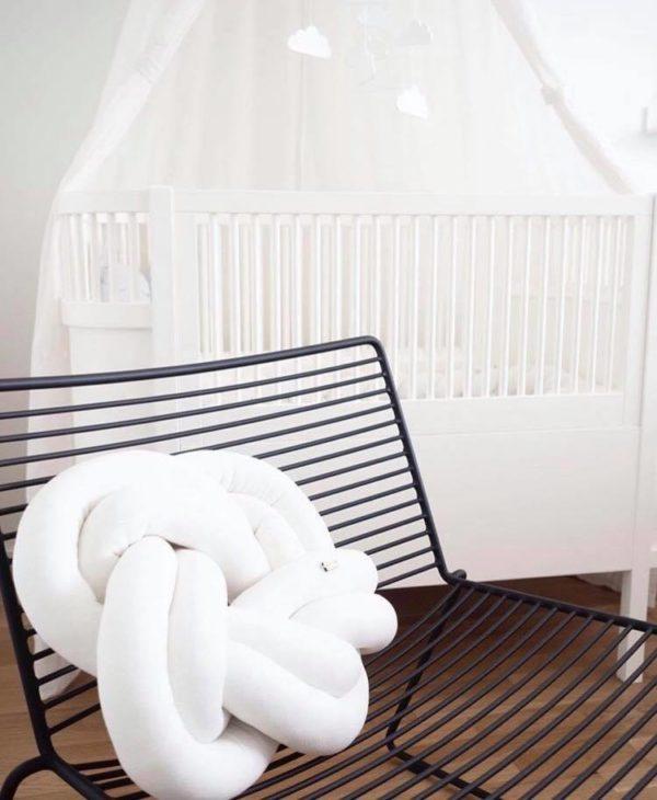 Wood'n'Wool Star palmikkotyyny vauvanhuoneeseen Tyylikäs tyyny sopii etenkin vaaleansävyisen lastenhuoneen sisustukseen -tyyny on mielenkiintoinen yksityiskohta esimerkiksi lastensängyssä ja kaunis lisä tavallisten tyynyjen joukkoon.
