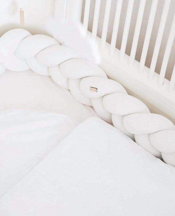 Wood'n'Wool reunapehmuste vauvansänkyyn, valkoinen Tyylikäs pehmuste suojaa vauvaa kolhimasta itseään pinnasängyn laitoja vasten. Palmikkopehmuste on napakka, joten se asettuu hyvin paikoilleen. Pienet valkoiset kiinnitysnauhat auttavat pitämään pehmusteen oikeassa asennossa.