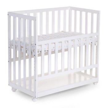 Childhome Bedside Crib Beech White puinen vauvan ensisänky renkailla. Nykyisin moni perhe toivoo, että vauva voisi nukkua ensimmäiset kuukaudet samassa huoneessa vanhempiensa kanssa. Kaikki eivät kuitenkaan tunne perhepetiä, jossa vauva nukkuu vanhempien välissä, sopivaksi ratkaisuksi. Childhome Bedside Crib on vanhempien sänkyyn kiinnittyvä vauvan ensisänky, josta laidan saa ylös, alas tai kokonaan pois. Vauva on siis helppo nostaa yöllä syömään tai rauhoittumaan äidin viereen, mutta vauvalla on silti oma turvallinen nukkumapaikkansa.