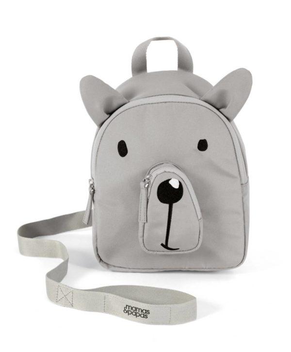 Mamas&Papas Childrens Backpack Bear lapsen ensireppu. Tämä reppu ei ole ainoastaan suloinen asuste pienelle kerholaiselle tai kaupunkiretkeilijälle vaan se pitää vilkkaan seikkailijan myös turvassa. Repun mukana tulee turvahihna, jonka avulla lapsi ei pääse katoamaan väenpaljoudessa. Turvahihnan saa kokonaan irti, eli reppua voi käyttää ilman sitäkin. Repun olkaimet ovat pehmustetut ja säädettävät, eivätkä olkaimet valu edestä kiinnitettävän vyön asiosta. Näin myös paino jakautuu ergonomisesti ja tasaisesti lapsen selkään.
