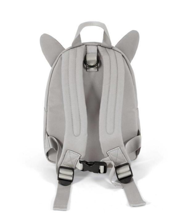 Mamas&Papas Childrens Backpack Bear lapsen ensireppu. Tämä reppu ei ole ainoastaan suloinen asuste pienelle kerholaiselle tai kaupunkiretkeilijälle vaan se pitää vilkkaan seikkailijan myös turvassa. Repun mukana tulee turvahihna, jonka avulla lapsi ei pääse katoamaan väenpaljoudessa. Turvahihnan saa kokonaan irti, eli reppua voi käyttää ilman sitäkin.Vaaleanharmaassa nallerepussa on vetoketjulla sulkeutuva suurempi tasku ja kuonon kohdalla pieni tasku. Reppua koristaa nallenkorvat. Olkaimet ovat pehmustetut ja säädettävät, eivätkä olkaimet valu edestä kiinnitettävän vyön asiosta. Näin myös paino jakautuu ergonomisesti ja tasaisesti lapsen selkään.