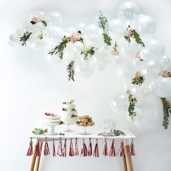 Ginger Ray Balloon Arch Kit valkoinen ilmapalloköynnös Ilmapallot ovat helppo tapa koristella mitkä tahansa juhlat, mutta kun haluat vieraiden huokaavan ihastuksesta koristelusi nähdessään, kokeile Ginger Ray ilmapalloköynnöstä! Köynnöksen sekaan voit lisätä juhlien tyylistä riippuen esimerkiksi kukkia tai vaikka eukalyptyksen oksia!