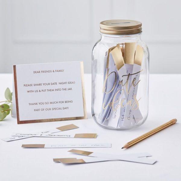 """Ginger RayPariskunnantreffi-ideat lahjapurkki. Ison lasisen purkin kyljessä on kultainen teksti """"Date Ideas"""" ja sen sisällä on 100 kultareunalla koristeltua tyhjää korttia. Kortteihin voi kirjoittaa treffi-ideoita pariskunnan toteutettavaksi. Ihana lahja omalle puolisolle tai esimerkiksi polttarisankarille. Purkkia voi käyttää myös häissä: vieraat saavat tällöin jättää jokainen oman ideansa vastavihitylle parille!"""