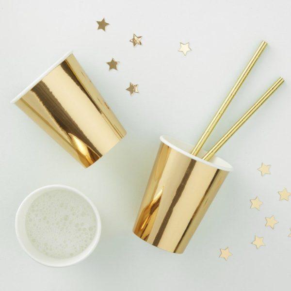 Kultainen kiiltävä muki Upeat kiiltäväpintaiset mukit kauniisti kullan sävyisenä. Yksinkertaisen tyylikkäät mukit tuovat juhlapöytään välittömästi viimeisteltyä tunnelmaa ja sopivat kaikkiin juhliin! Paperimukien käyttäminen helpottaa ja nopeuttaa siivoamista juhlien jälkeen.