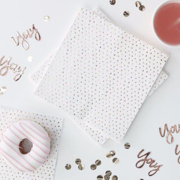 Servetti ruusukultaisilla pilkuilla. Upeissa ruusukultaisilla pienillä pilkuilla koristelluissa lautasliinoissa on tyylikästä juhlan tuntua! Nämä lautasliinat sopivat kauniisti monenlaiseen kattaukseen!