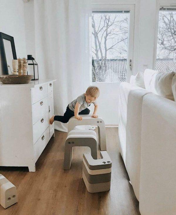 Lapselle on suurta hyötyä siitä, että hän saa olla liikunnallisesti aktiivinen ja käyttää omaa kehoaan. Liikkuminen ja kehon tuntemus lisäävät itseluottamusta ja oppimiskykyä. bObles haluaa tukea tätä ja suunnittelee siksi monikäyttöisiä huonekaluja, joilla lapset haluavat leikkiä ja jotka vanhemmat haluavat olohuoneisiinsa. Neutraalinsävyiset bOblesit eivät häiritse tyylikästäkään sisustusta!
