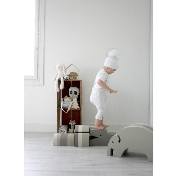 bOblesit ovat uudenlaisia liikunnalliseen arkeen kannustavia leikkihuonekaluja kaikenikäisille lapsille. Lapset rakastavat näitä hauskoja otuksia ja temppuilevat niiden päällä mielellään. bObles leikkihuonekaluista saa temppuradan olohuoneeseen ja lapsilla on lupa temmeltää!bOblesit eivät jätä jälkiä tai kolhuja lattiaan vauhdikkaammassakaan leikissä.
