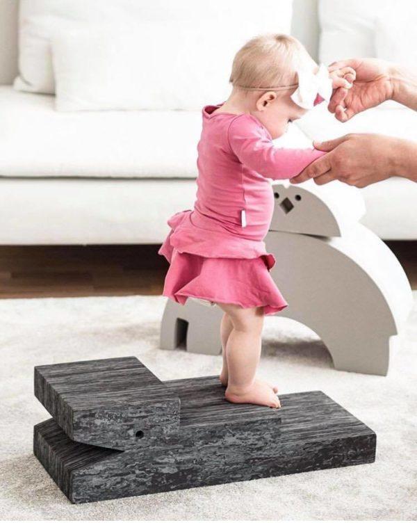 bObles Krokotiili tummanharmaa marmori bOblesit ovat uudenlaisia liikkumiseen kannustavia leikkihuonekaluja kaikenikäisille lapsille. Lapset rakastavat näitä hauskoja otuksia ja temppuilevat niiden päällä mielellään. Lapsi voi kävellä Krokotiilin portaita ylös ja leikkiä olevansa vuorikiipeilijä. Krokotiilin päältä on hauska hyppiä alas ja kiivetä taas ylös. Ylösalaisin käännettynä lapsi voi liukua Krokotiilin vatsaa pitkin. Sekä tasapaino, että koordinaatio harjaantuvat, kun lapsi ryömii, konttaa, kävelee ja seisoo Krokotiilin päällä.