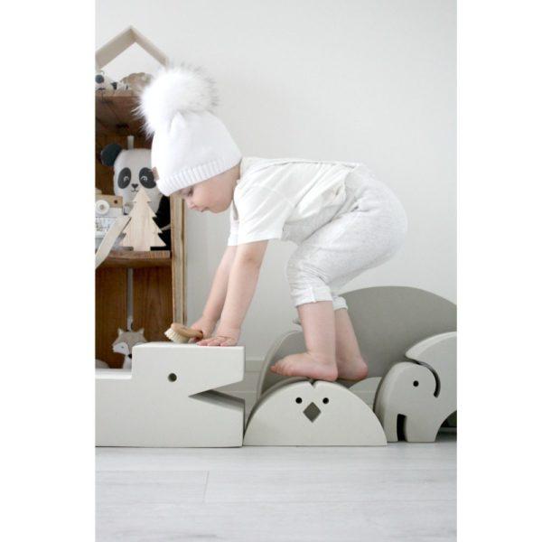 bOblesit kehittävät lapsen mielikuvitusta, tasapainoa, motoriikkaa ja rohkeutta! Luova leikki aktivoi ja kehittää lasta! Lapselle on suurta hyötyä siitä, että hän saa olla liikunnallisesti aktiivinen ja käyttää omaa kehoaan. Liikkuminen ja kehon tuntemus lisäävät itseluottamusta ja oppimiskykyä. bObles haluaa tukea tätä ja suunnittelee siksi monikäyttöisiä huonekaluja, joilla lapset haluavat leikkiä ja jotka vanhemmat haluavat olohuoneisiinsa.