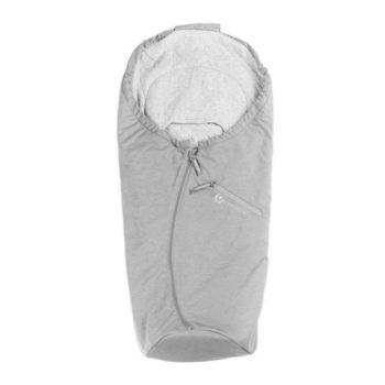 Easygrow Lite kevytlämpöpussi vauvan turvakaukaloon, vaaleanharmaa Easygrow lämpöpussin etuja ovat laadukkaat ja luonnollisemmat materiaalit: tuulenpitävä päällikangas on bambuviskoosia ja polyesteriä, sisäpuolelta kangas on vauvalle pehmeää puuvillaa. Moni äiti arvostaa Easygrow kaukalopussissa sitä, että pussin huppu on kiristettävissä -tämä ominaisuus antaa vauvalle extrasuojaa tuulisella ja kolealla säällä! Easygrow lämpöpussissa vetoketju on keskellä, jonka monet kokevat käteväksi, lisäksi lämpöpussin edessä on pieni tasku, jossa voit näppärästi säilyttää vauvan unituttia.